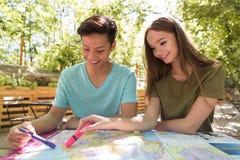 Jeunes étudiants multi-ethniques concentrés d'amis dehors Photos stock