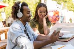 Jeunes étudiants multi-ethniques heureux d'amis parlant les uns avec les autres Images libres de droits