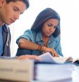 Jeunes étudiants se préparant aux examens Image stock