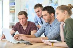 Jeunes étudiants sur l'ordinateur portable Image libre de droits