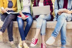 Jeunes étudiants sur le campus Images libres de droits