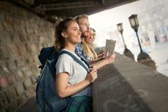Jeunes étudiants sur une aventure de déplacement Photographie stock