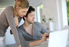 Jeunes étudiants travaillant sur l'ordinateur portable Photographie stock libre de droits