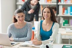 Jeunes étudiants universitaires étudiant ensemble Photo libre de droits