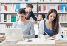 Jeunes étudiants universitaires étudiant ensemble Photographie stock