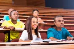 Jeunes étudiants universitaires images libres de droits
