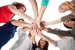 Jeunes étudiants universitaires empilant des mains Photographie stock libre de droits