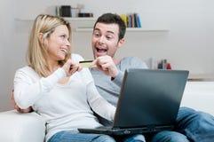 Jeunes achats d'Internet de couples Photos libres de droits