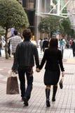 Jeunes achats de couples Images libres de droits