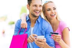 Jeunes achats de couples Photographie stock libre de droits