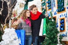 Jeunes achats de couples au magasin de Noël Photo libre de droits