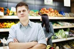 Jeunes achats de couples au supermarché Photo stock