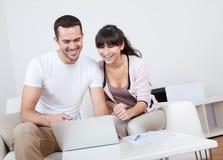 Jeunes achats de couples dans l'Internet Images libres de droits