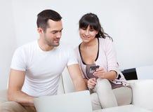 Jeunes achats de couples dans l'Internet Photographie stock