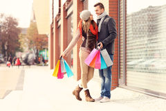 Jeunes achats de couples dans la ville Photographie stock libre de droits