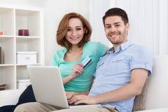 Jeunes achats de couples en ligne Images libres de droits