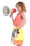 Jeunes achats habillés colorés de femme et haut-parleur de cri de cuvette Images stock