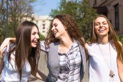 Jeunes adolescentes heureuses ayant l'amusement dans le parc d'été Photographie stock