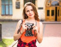 Jeunes adolescentes heureuses ayant l'amusement dans le parc de ville Temps beau d'été Amies marchant en parc Photos stock