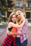 Jeunes adolescentes heureuses ayant l'amusement dans le parc de ville Temps beau d'été Amies marchant en parc Photo libre de droits