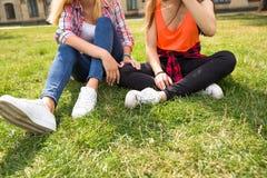 Jeunes adolescentes heureuses de hippie ayant l'amusement dans le parc d'été Image libre de droits