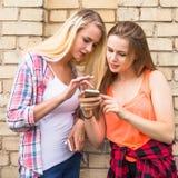 Jeunes adolescentes heureuses de hippie ayant l'amusement dans le parc d'été Photos libres de droits