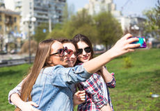 Jeunes adolescentes heureuses faisant le selfie et ayant l'amusement en parc d'été Photo libre de droits