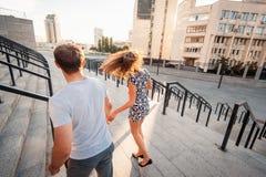 Jeunes adolescents élégants de couples dans l'amour dans la ville, jour ensoleillé d'été Photo stock