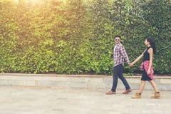 Jeunes adolescents de couples de hippie dans l'amour dans la ville, holid d'été Photographie stock