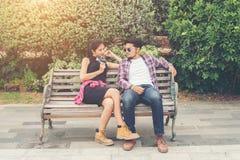 Jeunes adolescents de couples de hippie dans l'amour dans la ville, holid d'été Photographie stock libre de droits