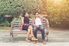 Jeunes adolescents de couples de hippie dans l'amour dans la ville, holid d'été Photo stock