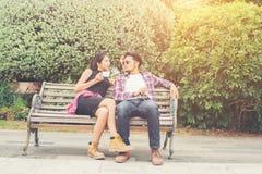 Jeunes adolescents de couples de hippie dans l'amour dans la ville, holid d'été Image libre de droits