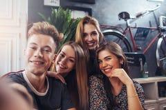 Jeunes adolescents de sourire prenant le selfie tout en ayant l'amusement dans la barre élégante Photos stock