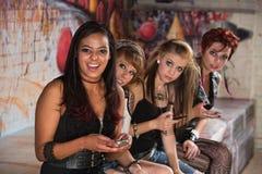 Jeunes adolescents mignons avec des téléphones Image libre de droits