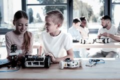 Jeunes adorables parlant au-dessus de la nouvelle machine robotique Image stock