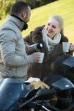 Jeunes adultes buvant du café Photos libres de droits