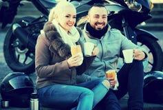 Jeunes adultes buvant du café Image libre de droits