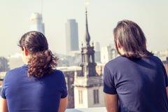 Jeunes adultes heureux sur une terrasse de Londres Image libre de droits