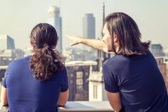 Jeunes adultes heureux sur une terrasse de Londres Images stock