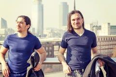 Jeunes adultes heureux sur une terrasse de Londres Photos libres de droits