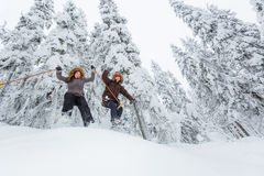 Jeunes adultes snowshoeing Images stock