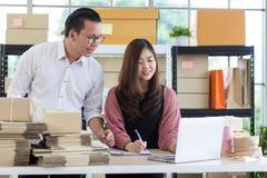 Jeunes affaires asiatiques de couples fonctionnant dans le regard simple de bureau de maison photographie stock