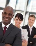 Jeunes affaires d'homme d'Afro-américain aboutissant une équipe Photos stock