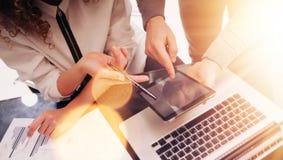 Jeunes affaires Team Brainstorming Meeting Room Process Projet de démarrage de vente de collègues Homme d'affaires Showing Hand Image stock