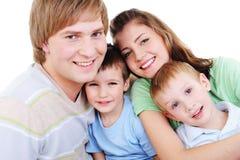 jeunes affectueux heureux de verticale de famille Photographie stock libre de droits