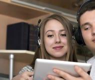 Jeunes ajouter à l'appareil électronique images stock