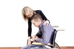 Jeunes ajouter à l'homme dans le fauteuil roulant Photo stock