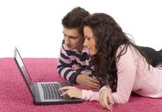 Jeunes ajouter à l'ordinateur portatif Photos stock