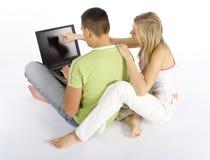 Jeunes ajouter à l'ordinateur portatif Image stock