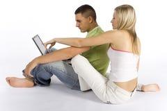 Jeunes ajouter à l'ordinateur portatif Photographie stock libre de droits
